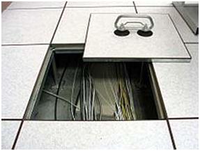 Rising Floor Ruang Server. Panel lantai raised floor bisa diangkat.